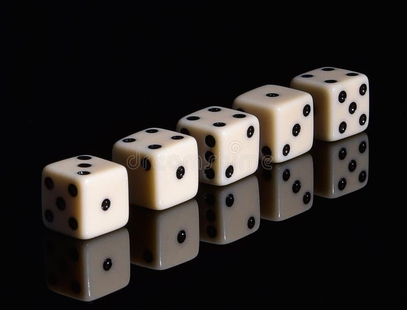 Gioco da tavolo di gioco per la società dei dadi immagini stock