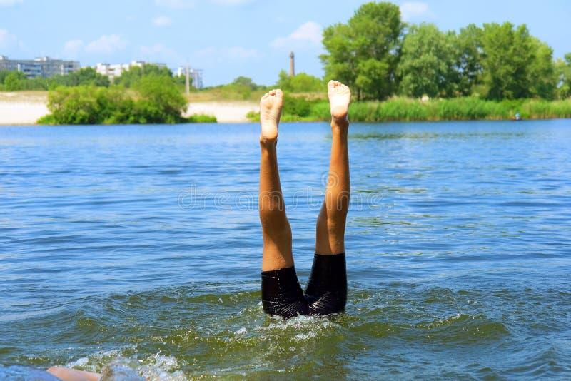 Gioco dei bambini in acqua - soltanto piedini fotografia stock libera da diritti