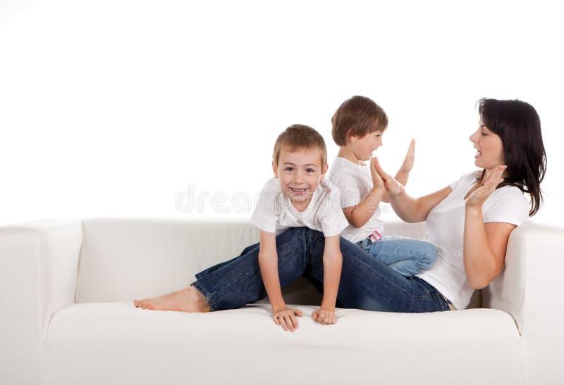 Gioco dei bambini e della donna fotografia stock