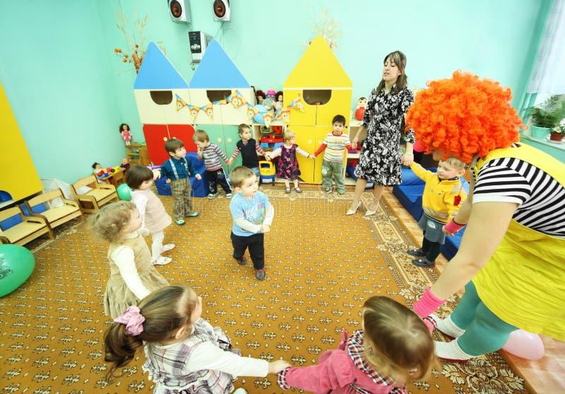 Gioco dei bambini nell'asilo fotografia stock