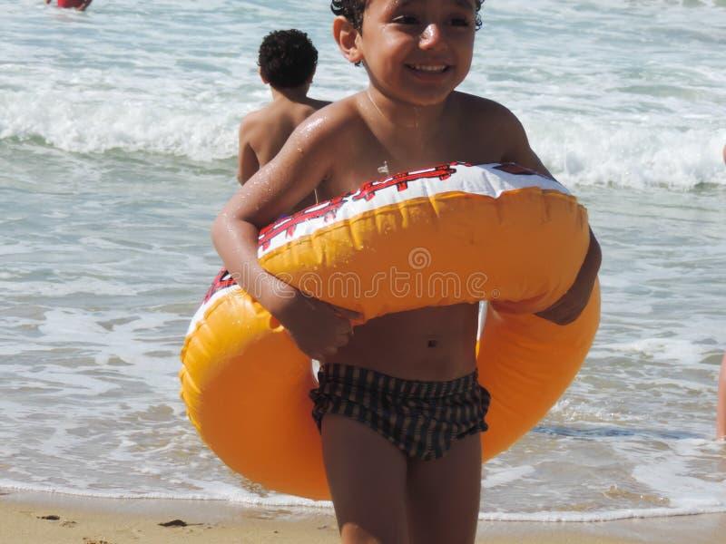Gioco dei ragazzi alla spiaggia di Alessandria d'Egitto immagine stock libera da diritti