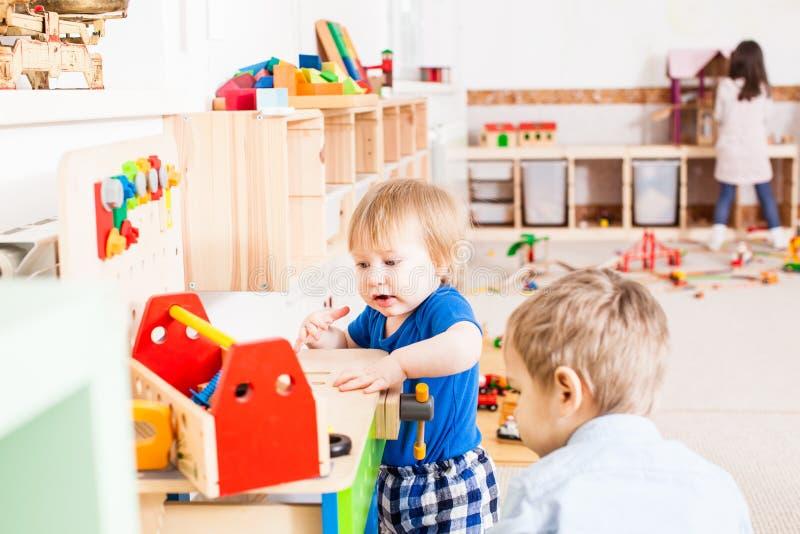 Gioco dei ragazzi con i giocattoli di legno fotografia stock libera da diritti
