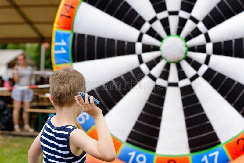 Gioco del bambino all'aperto - gettando per mirare a fotografie stock libere da diritti