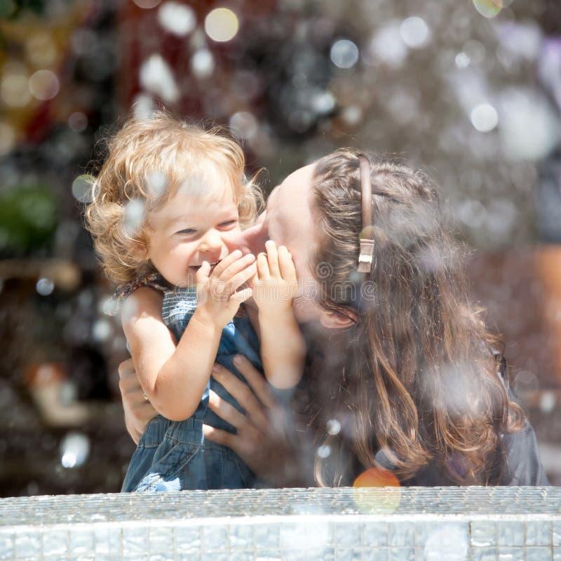 Gioco del bambino e della donna fotografia stock libera da diritti
