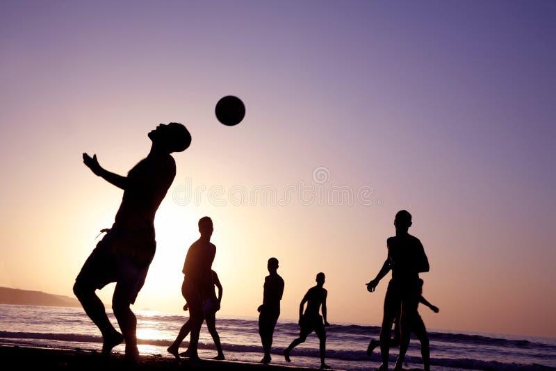 Gioco del calcio di tramonto immagini stock libere da diritti
