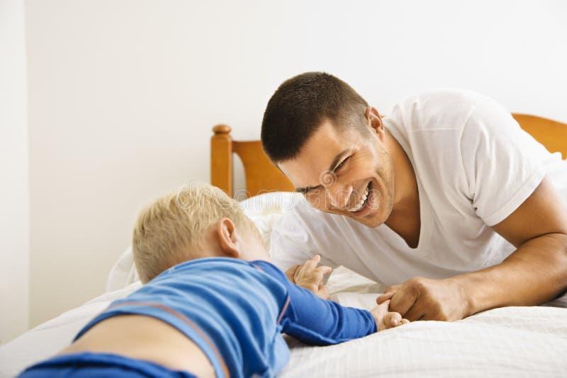 Gioco del figlio e del padre. fotografie stock