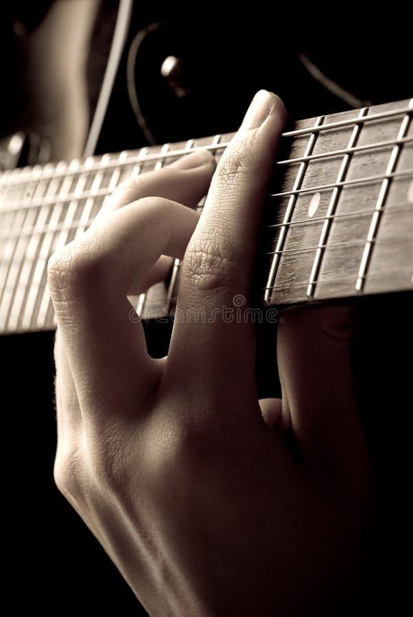 gioco del musicista della chitarra fotografia stock libera da diritti