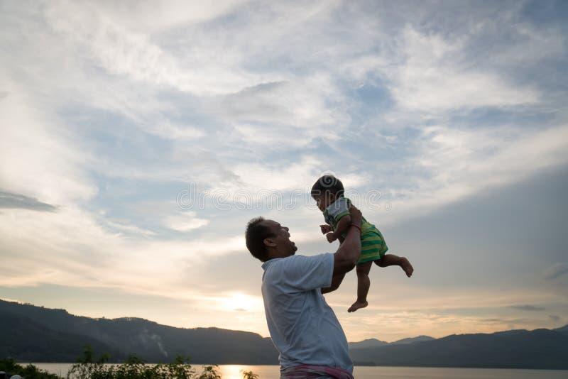 Gioco del papà con il suo bambino fotografia stock libera da diritti