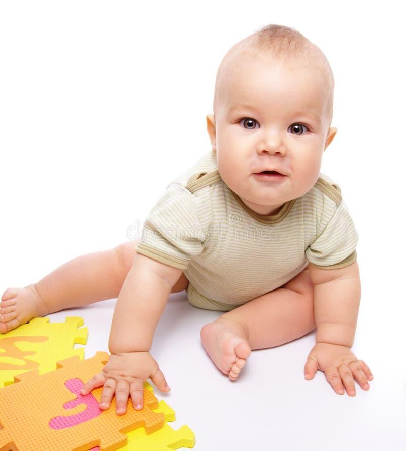 Gioco del ragazzino con l'alfabeto fotografia stock libera da diritti