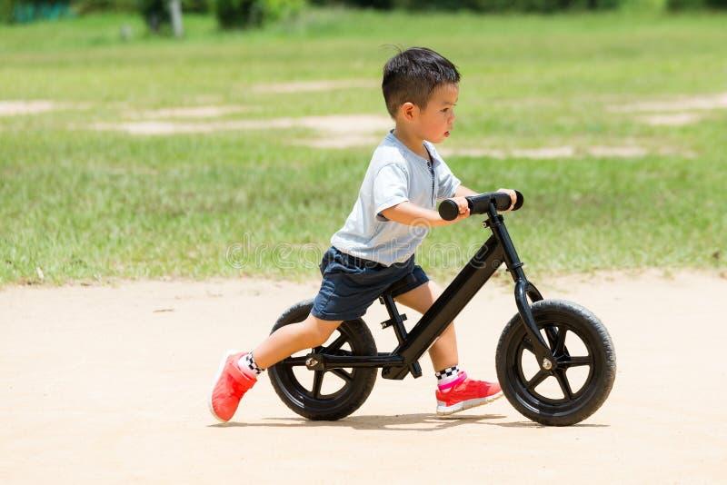 Gioco del ragazzino con la bicicletta fotografie stock libere da diritti