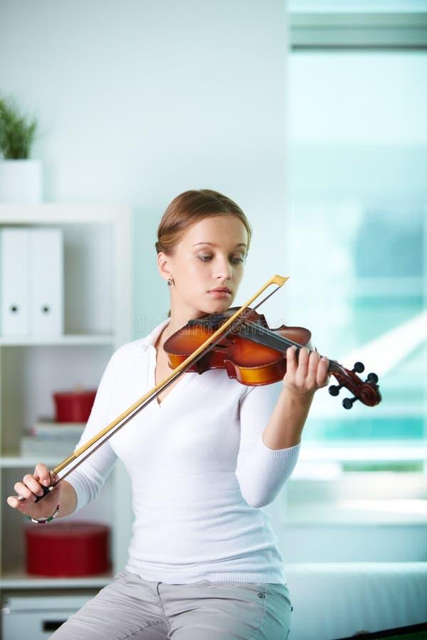 Gioco del violino immagine stock libera da diritti