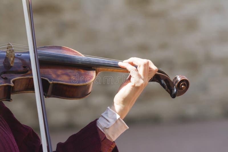 Gioco del violino immagine stock