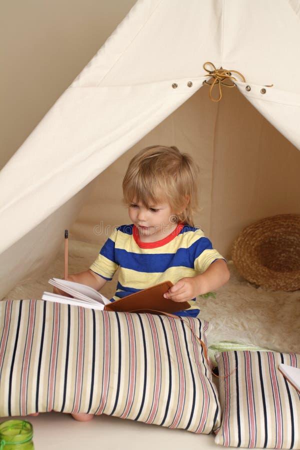 Gioco dell'interno con la tenda di tepee immagini stock