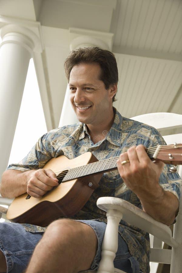 gioco dell'uomo della chitarra immagine stock libera da diritti