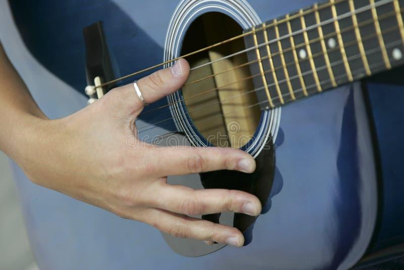 Download Gioco della chitarra fotografia stock. Immagine di gioco - 7306078