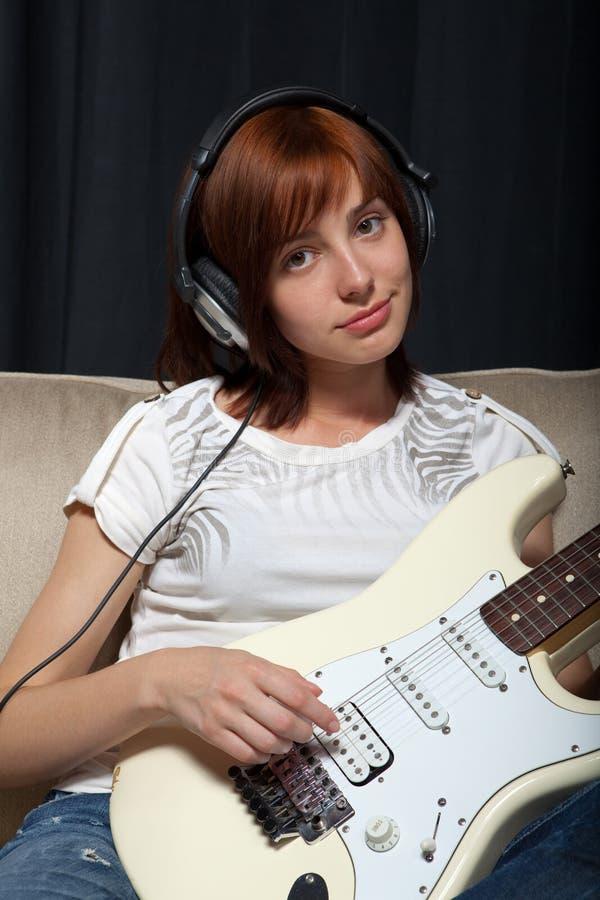 Gioco della chitarra elettrica fotografia stock