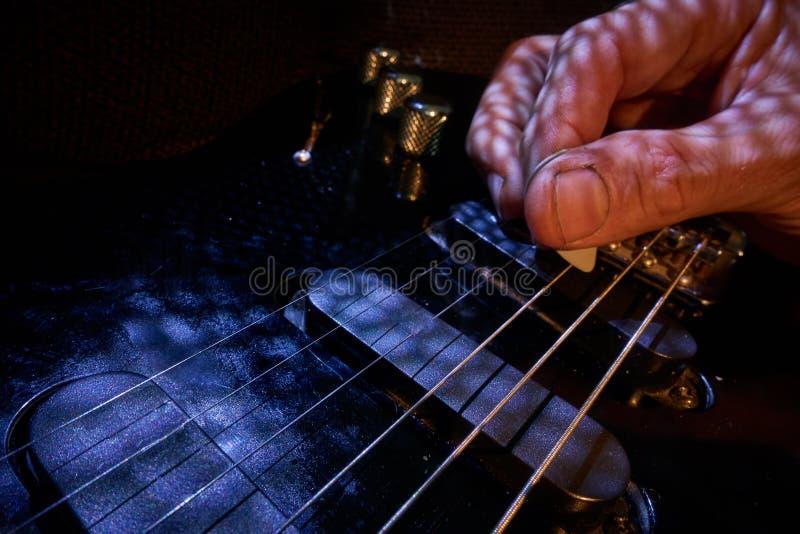 Gioco della chitarra elettrica immagini stock
