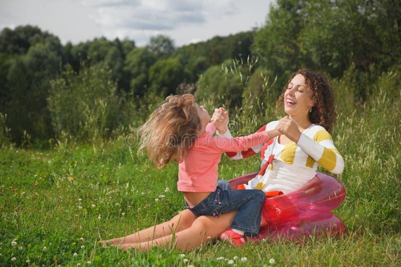 Gioco della figlia e della madre all'aperto immagini stock