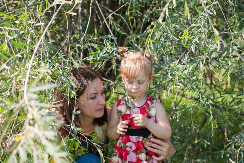 Gioco della figlia e della mamma immagini stock