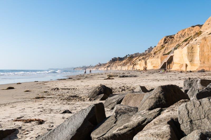 Gioco della gente a Shoreline a Solana Beach immagini stock libere da diritti