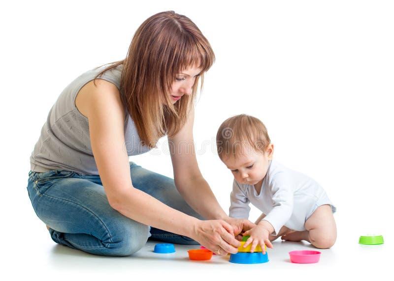 Gioco della mamma e del bambino con i giocattoli del blocco fotografia stock libera da diritti