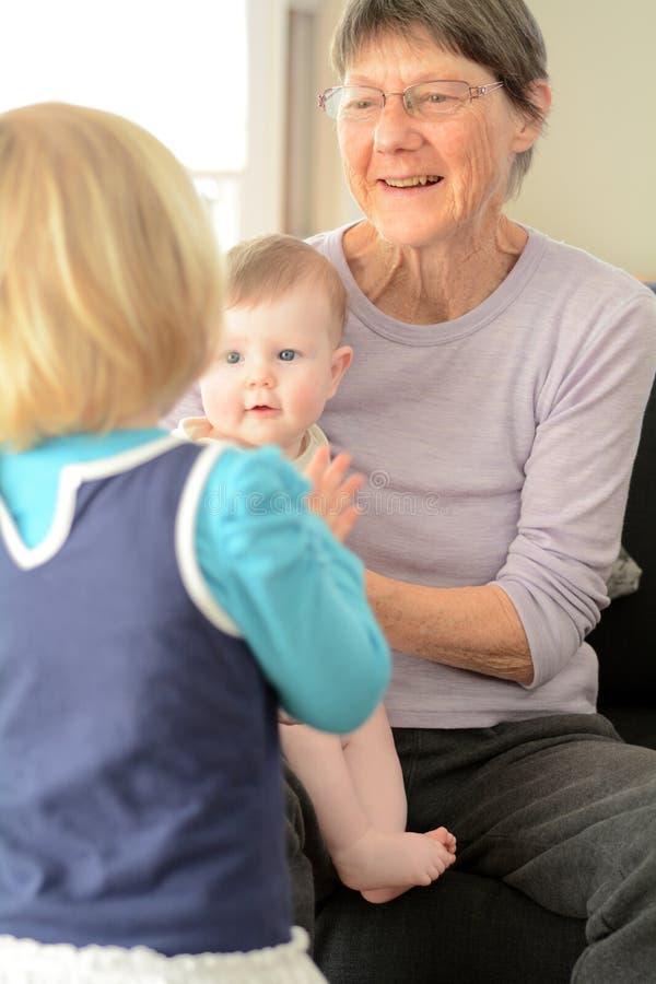 Gioco della nonna con i suoi nipoti fotografie stock libere da diritti