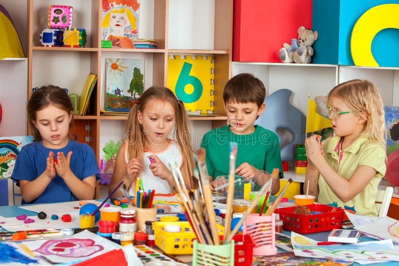 Gioco della pasta del bambino a scuola Plastilina per i bambini immagini stock libere da diritti