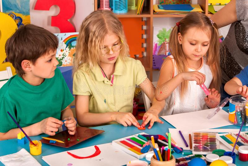 Gioco della pasta del bambino a scuola Plastilina per i bambini fotografia stock