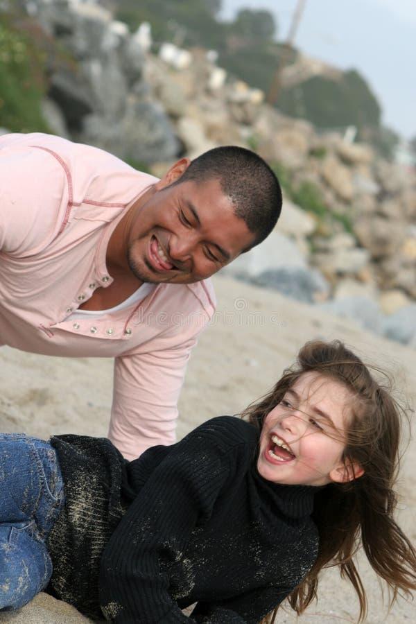 Gioco della spiaggia della famiglia fotografia stock