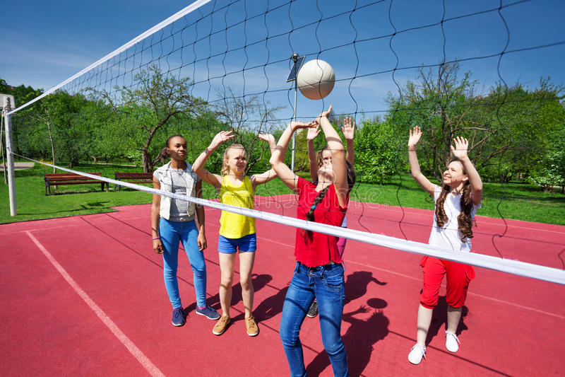 Gioco di anni dell'adolescenza durante il gioco di pallavolo sul campo da giuoco immagini stock libere da diritti