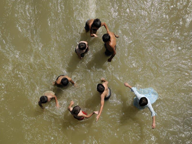 Download Gioco di bambini in acqua fotografia editoriale. Immagine di freddo - 12176031