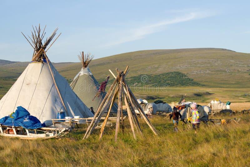 Gioco di bambini ai mandriani della renna di estate ural immagine stock libera da diritti