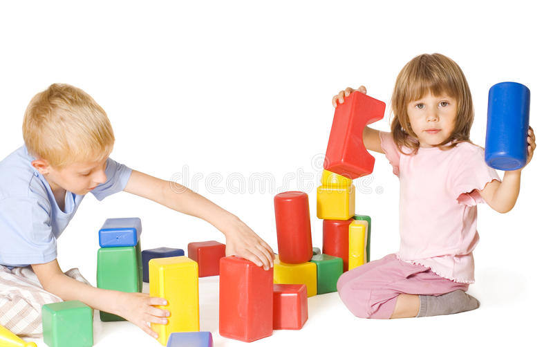 Gioco di bambini con i blocchi fotografia stock