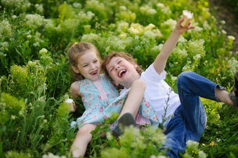 Gioco di bambini insieme nel giardino immagine stock libera da diritti