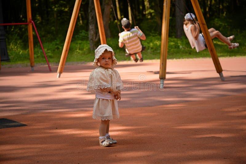 Gioco di bambini nella sosta fotografia stock