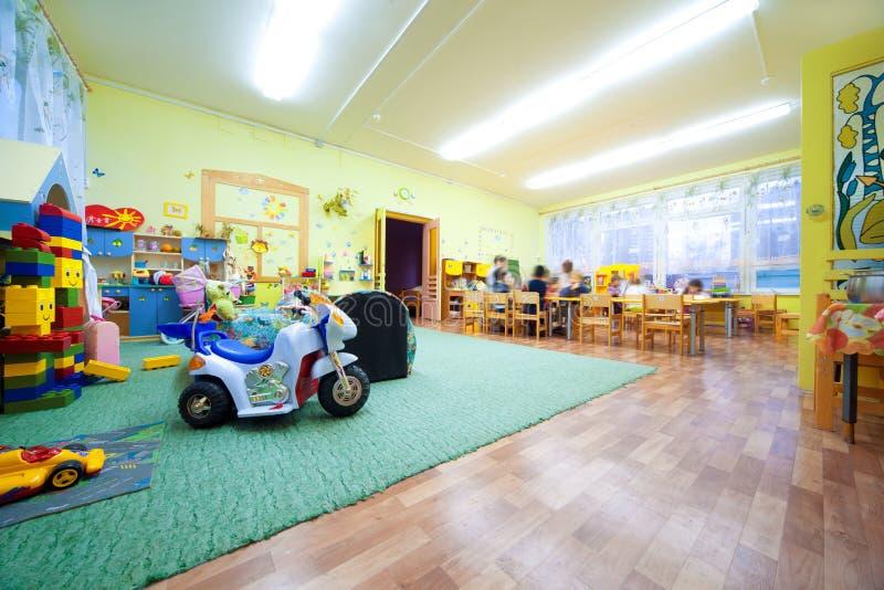 Gioco di bambini a stanza dove molti giocattoli. fotografie stock