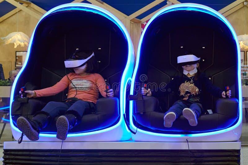 Gioco di bambini in vetri di realtà virtuale fotografia stock