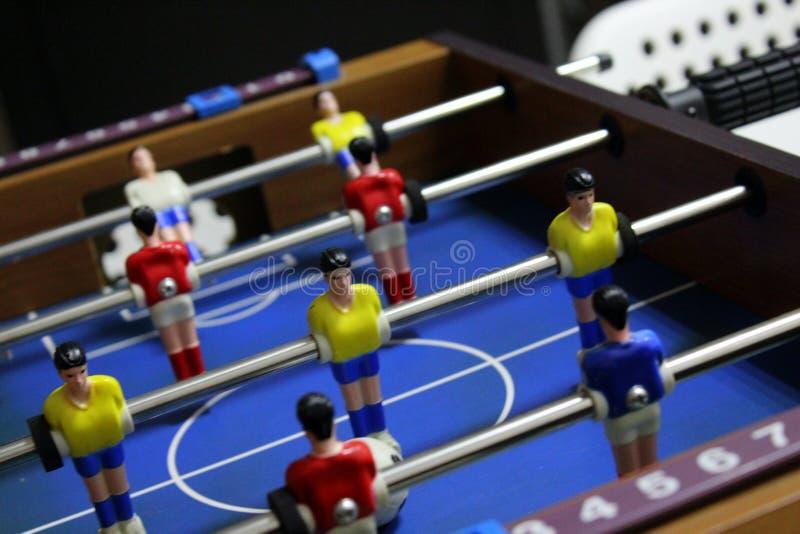 Gioco di calcio di calcio-balilla kicker giocatori di gruppo di sport in magliette rosse e gialle fotografia stock libera da diritti