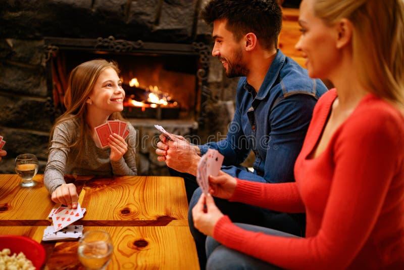 Gioco di carta da gioco sveglio della ragazza con i genitori fotografie stock libere da diritti