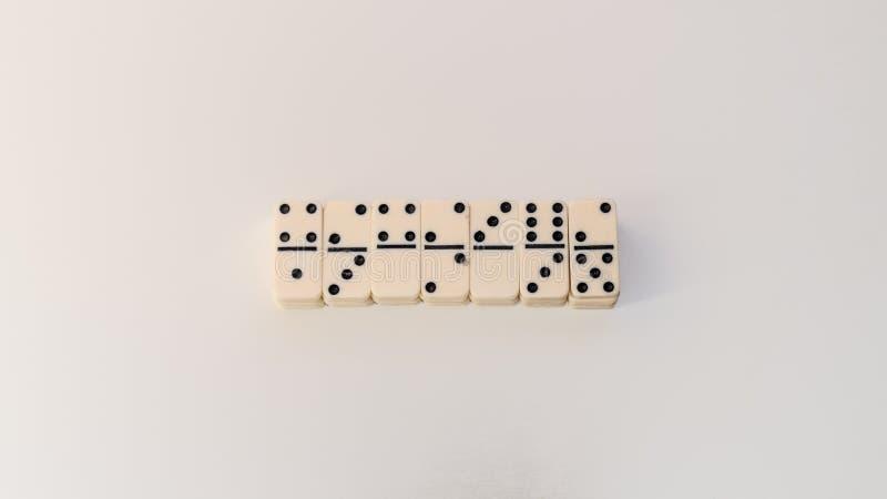 Gioco di domino su fondo bianco immagine stock