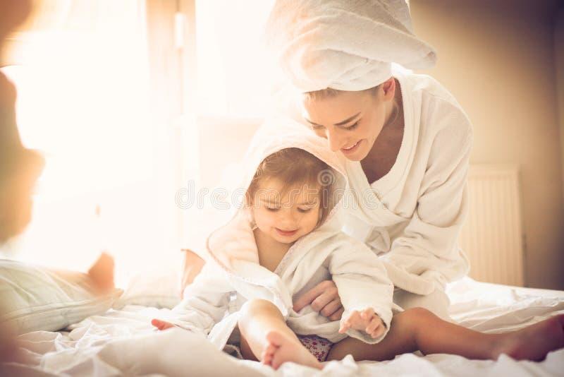 gioco di mattina Madre e figlia fotografia stock libera da diritti