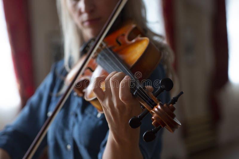 Gioco di musica classica del violinista del giocatore del violino Strumenti musicali dell'orchestra immagini stock libere da diritti