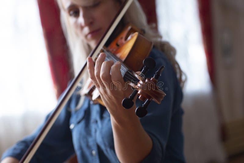 Gioco di musica classica del violinista del giocatore del violino Strumenti musicali dell'orchestra fotografia stock
