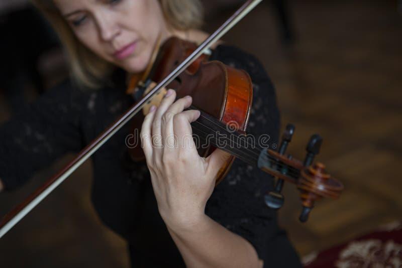 Gioco di musica classica del violinista del giocatore del violino Strumenti musicali dell'orchestra fotografie stock libere da diritti