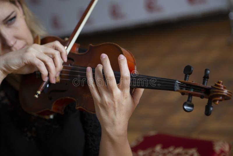 Gioco di musica classica del violinista del giocatore del violino Strumenti musicali dell'orchestra fotografie stock