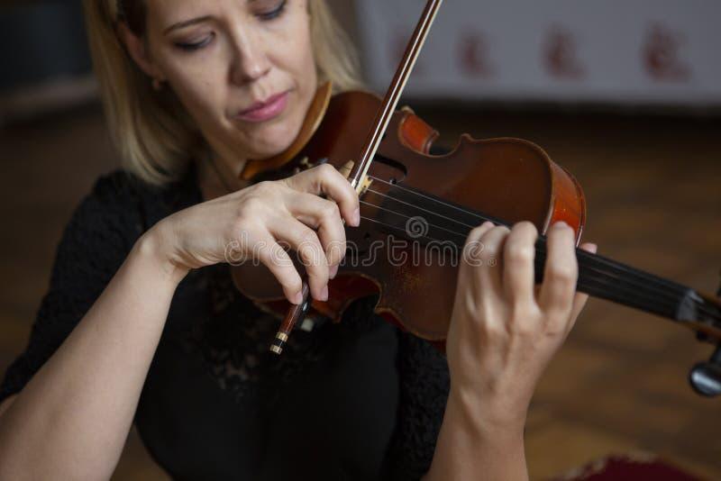 Gioco di musica classica del violinista del giocatore del violino Strumenti musicali dell'orchestra immagini stock