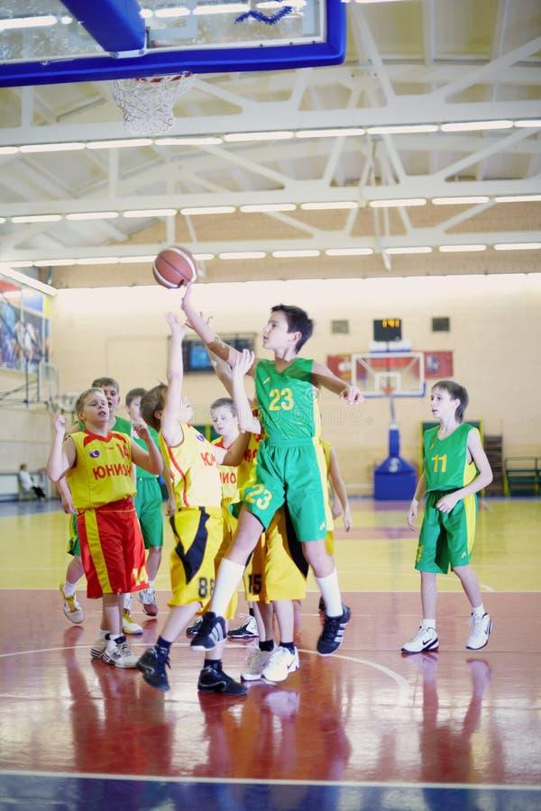 Gioco di pallacanestro fra l'UNIONE e la squadra non definita fotografia stock libera da diritti