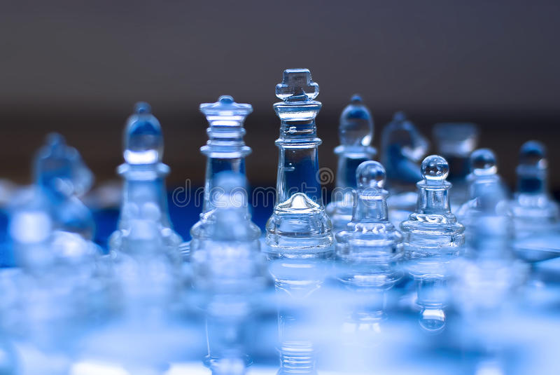 Gioco di scacchi di vetro, re con la regina, toni blu fotografia stock