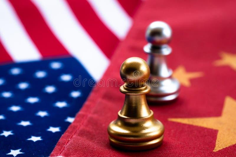 Gioco di scacchi, due cavalieri faccia a faccia sulla Cina e bandiere nazionali degli Stati Uniti Concetto della guerra commercia fotografia stock libera da diritti