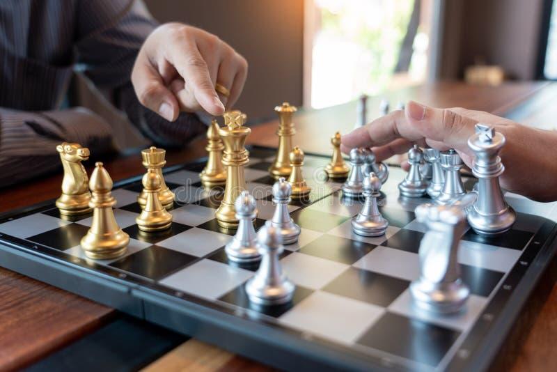 Gioco di scacchi muoventesi dell'uomo di affari per il concetto della concorrenza e del lavoro di gruppo di affari fotografia stock libera da diritti